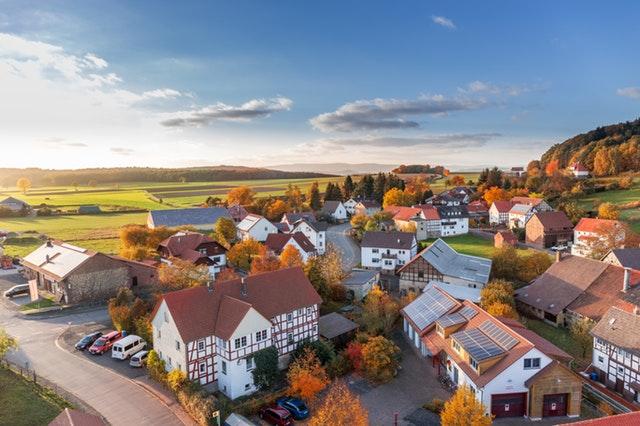 houses around the fall